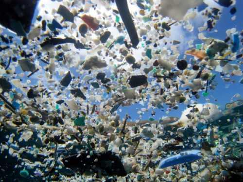 """Garbage Patches im Ozean. Aus der Ausstellung """"Endstation Meer"""" im Museum für Kunst und Gewerbe, Hamburg"""