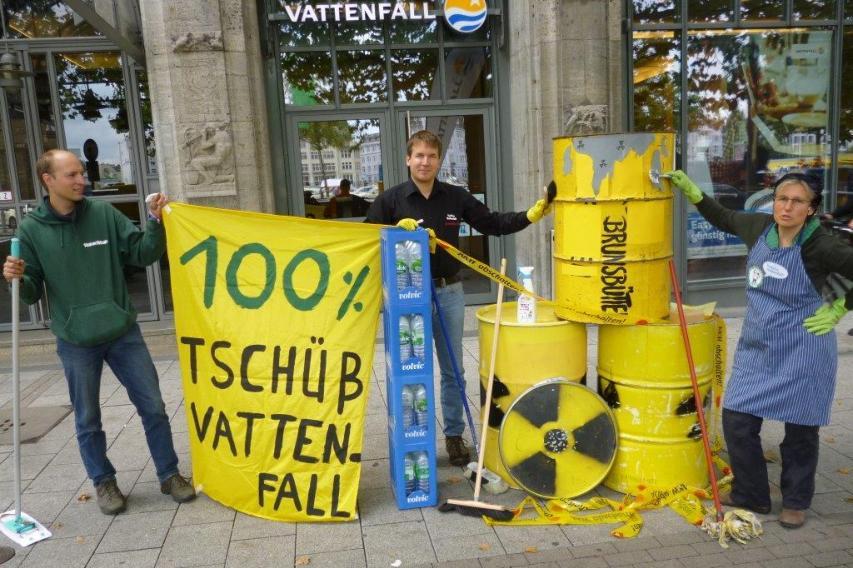 Aktion am 22.8.14 in HH gegen Vattenfall und die rostigen Atommüllfässer, die am AKW Brunsbüttel gefunden wurden