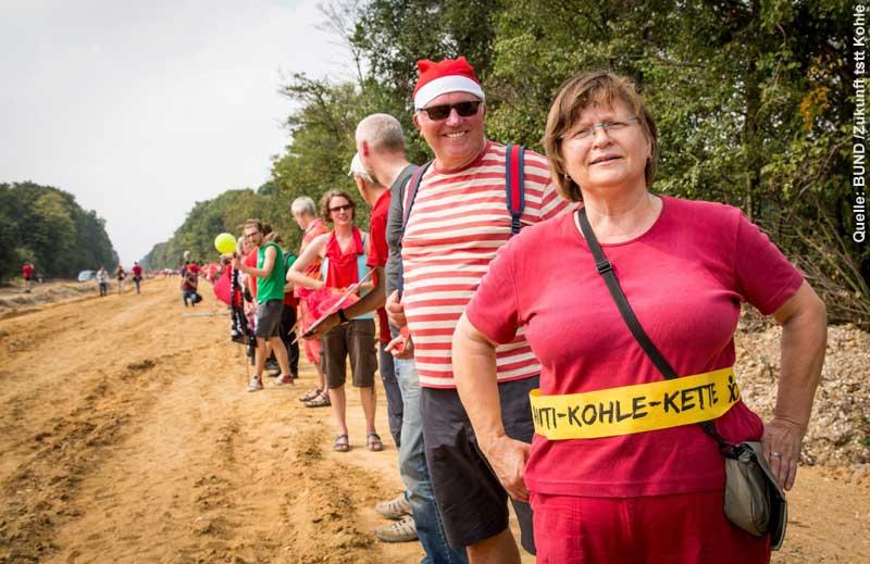 Die Menschen in der Roten Linie bilden eine Art Schutzwall vor dem Hambacher Wald, der wegen der Erweiterung des Tagebaus plattgemacht werden soll