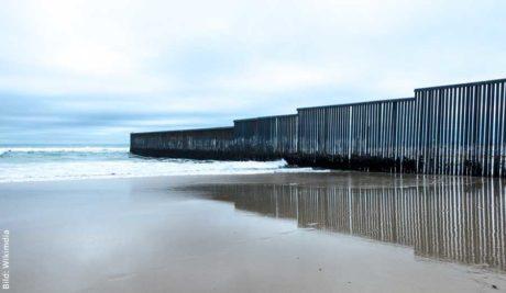 Die Grenze zwischen Mexiko und den USA endet im Pazifik ...